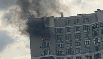 Потужна пожежа спалахнула в київській багатоповерхівці біля посольства: перші кадри НП