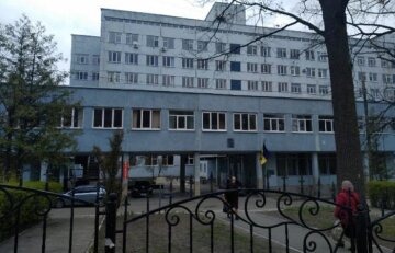 """В Киеве """"заминировали"""" все больницы: пациентов и персонал срочно эвакуируют, на местах ждут полицию"""