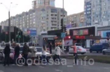 """""""Ніхто не може виїхати"""": в Одесі збунтувалися проти карантину, рух перекрито"""