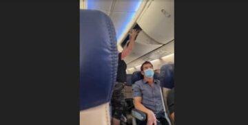 """Мать с дочерью выгнали из самолета, видео: """"не было свободных мест"""""""