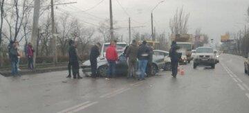 В Одесі мікроавтобус у мотлох розмазав легковик, молода дівчина не вижила: кадри фатальної ДТП