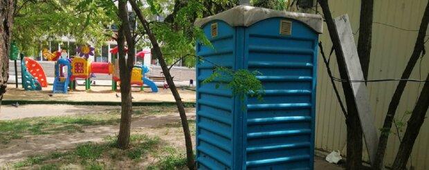"""В Одесі біля дитячого майданчика влаштували туалет: """"Літають мухи і не тільки"""", фото"""