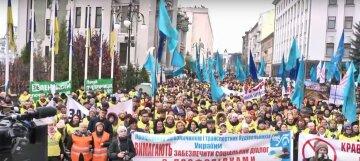 Під вікнами Зеленського вимагають відставки глави «Укрзалізниці» Кравцова: кадри бунту
