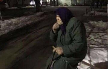"""В Киеве избили бабушку и отобрали пачку вафель и копейки, возмутительные кадры: """"Повалил с ног и..."""""""
