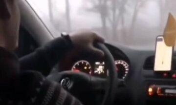 """""""Відмовилася їхати"""": таксист забризкав балончиком жінку на очах у дитини, відео"""