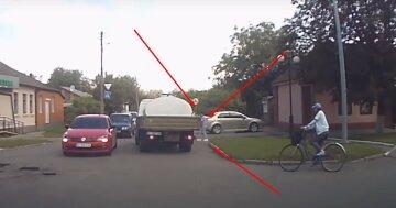 Вантажівка наїхала на українку з однорічною дитиною на руках: відео моторошного моменту