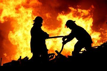 Масштабна пожежа розбушувався на Харківщині: прогримів вибух, відео з місця НП