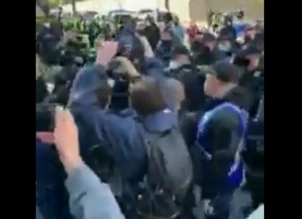 «Привіт з 2013-го»: поліцейські пішли в атаку під Кабміном, кадри того, що відбувається на «антикарантинному Майдані»