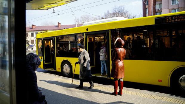 """Харківський пенсіонер поплатився за поїздку в тролейбусі 11-м, відео: """"звірі добріші, ніж люди"""""""