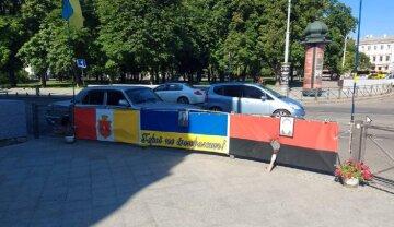 У центрі Одеси підпалили червоно-чорний прапор: поліція кинулася на пошуки хуліганів, фото