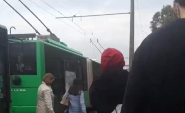 """""""Далі пішки"""": харків'ян масово висаджують з громадського транспорту, що відбувається"""