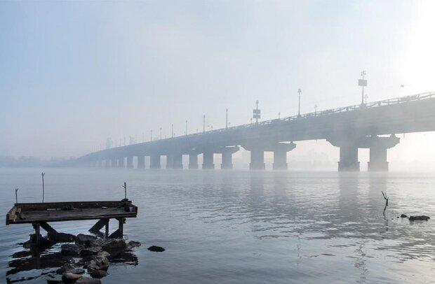 """На """"уставшем"""" мосту в Киеве прорвало трубу с кипятком: видео ЧП"""