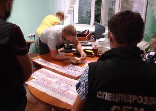 """Пенсии и премии разворовали, денег не дождутся тысячи украинцев: """"За июнь и июль..."""""""