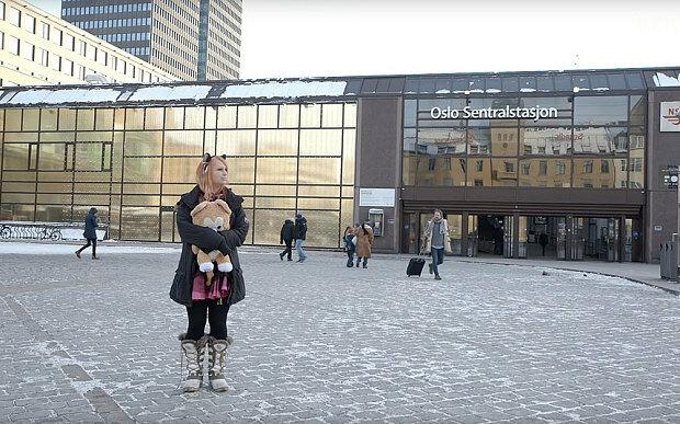 Жительница Норвегии считает себя кошкой, запертой не в том теле (фото, видео)