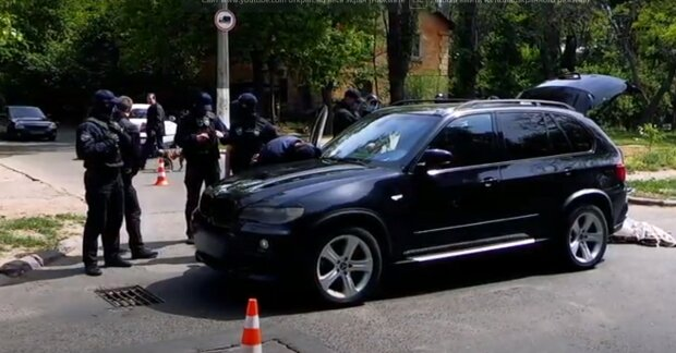 """""""Связали скотчем и вынесли 200 тысяч"""": банда налетчиков активизировалась в Одессе, видео"""
