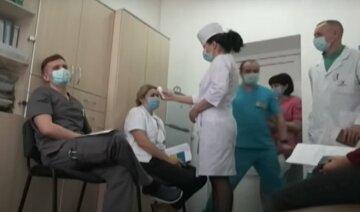 Украинцев готовят к обязательной вакцинации, кого это коснется: перечень профессий