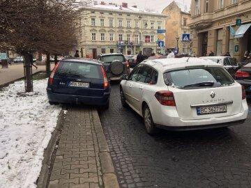 В центре Львова остановился транспорт: фото с места событий