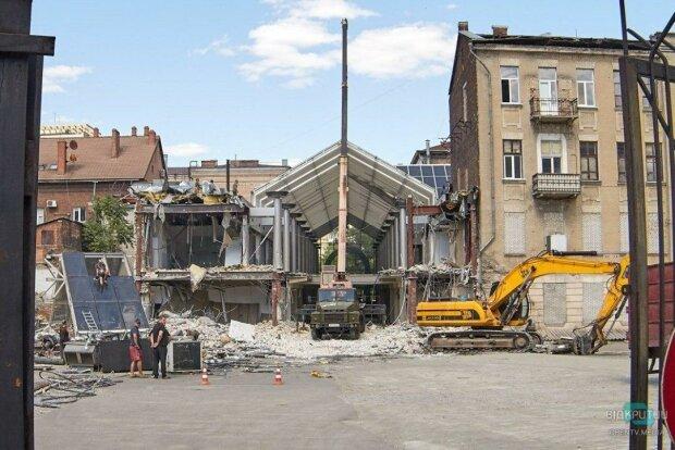 """В Днепре сносят один из первых в городе ТЦ, кадры: """"На его месте построят..."""""""