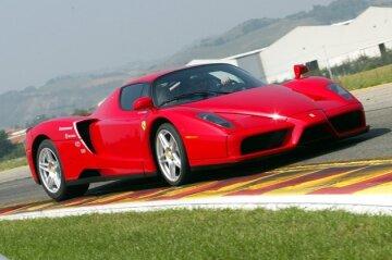 """Змагання карети """"швидкої"""" і Ferrari набирає популярності в мережі (відео)"""