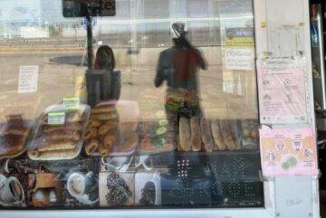 """Чоловік знайшов у випічці живе м'ясо, фото неприємної покупки: """"На риболовлю підійде"""""""