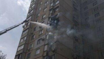 Началась срочная эвакуация: пожар разгорелся в квартире 16-этажки, появились фото
