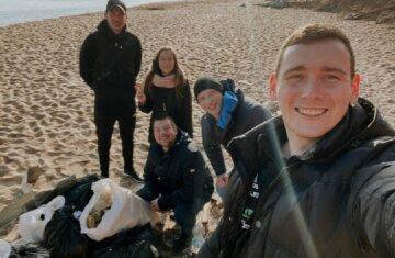 Школьники убирают мусор с пляжей Одессы вместо коммунальщиков: фото большой чистки