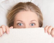 девушка страх испуг постель
