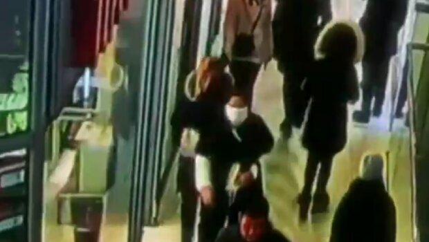 """Опасная карманница в маске орудует в Одессе, камера поймала всё: """"прикидывается больной"""""""
