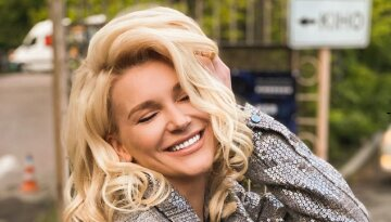 """Екс-ВІА Гра Міша Романова затиснула бюст в бездонному декольте і змусила собою милуватися: """"Просто вау!"""""""