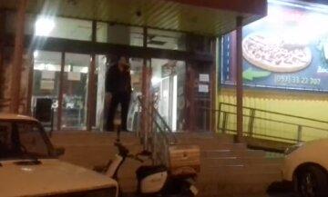 """Під Одесою чоловік задушив літнього вітчима прямо на вулиці: """"повертався з магазину"""""""