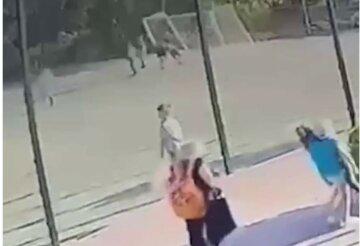 Момент падения ворот на 6-летнего ребенка попал на камеру: что с мальчиком