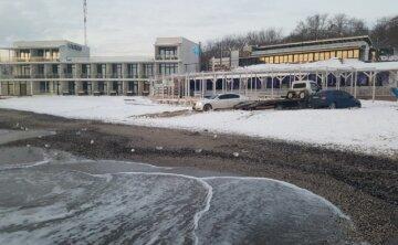 Автохами потрапили в пастку на пляжі в Одесі, кадри: Евакуатор не зміг їм допомогти