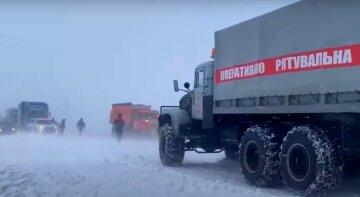 """В Україні екстрено перекривають траси, школи переходять на дистанційку: """"Оголошено червоний рівень небезпеки"""""""