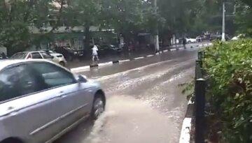 Вулиці знову йдуть під воду, люди тікають з міста: кадри потопу в Ялті