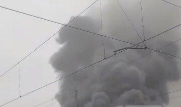 Під Дніпром горять пасажирські вагони: клуби чорного диму заполонили місто, відео