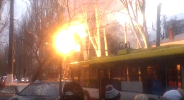 """Вогняне НП в тролейбусі Одеси, відео: """"замкнуло мережу"""""""