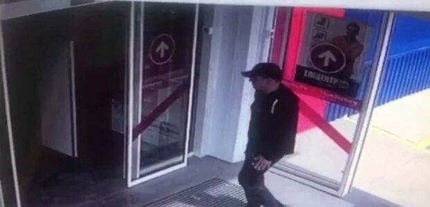 Чоловіка залишили без засобів існування біля гіпермаркету: харків'ян просять про допомогу, відео