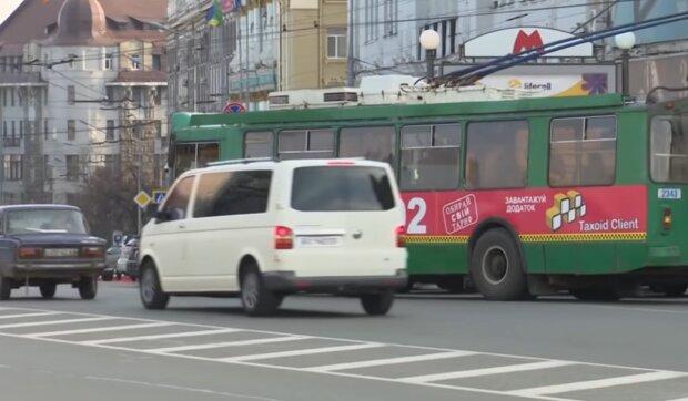 Нестандартний захист від вірусу в тролейбусі насмішив харків'ян: красномовне фото