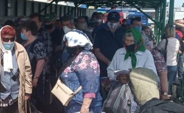 """Окупанти влаштували луганчанам блокаду, цілі сім'ї позбулися останнього: """"Це знущання з людей!"""""""
