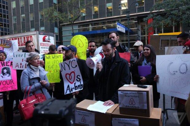 Перед офисом губернатора Нью-Йорка устроили забастовку
