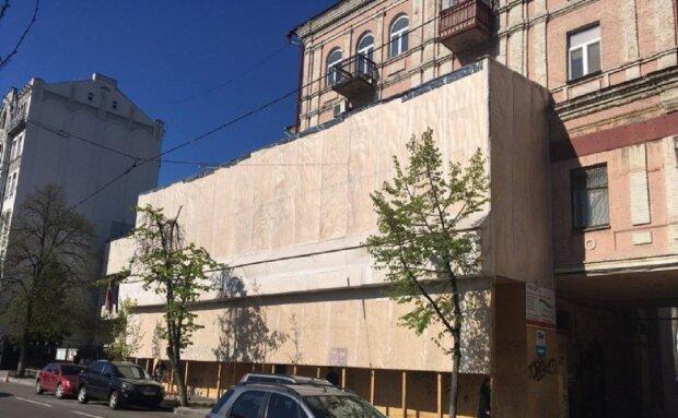 """Під житловим будинком у центрі Києва вирили величезну прірву, налякавши людей: """"з'явилися тріщини і..."""""""