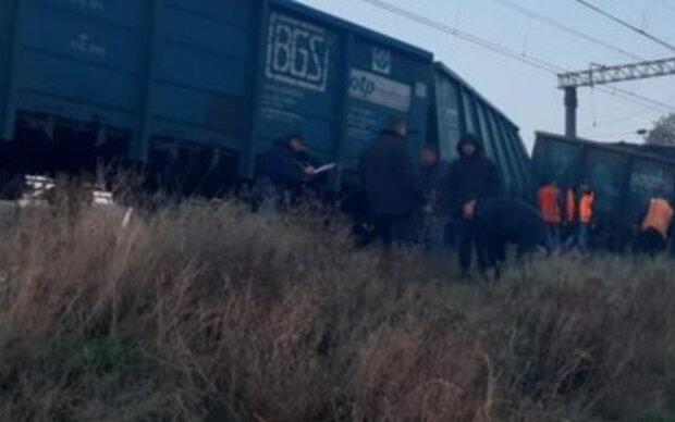 """ЧП на """"Укрзализныци"""", переполненный поезд сошёл с рельсов: первые кадры с места событий"""
