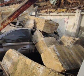"""Камені посипалися на парковку в Одесі, кадри НП: """"під завалами опинилися..."""""""