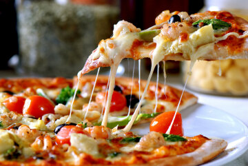 fetta-di-pizza-con-mozzarella-che-fila
