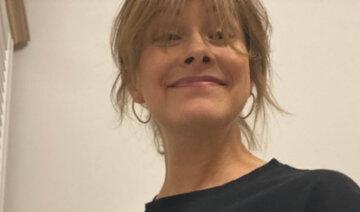 """Голубой в сочетании с красным: Елена Кравец из """"Квартал 95"""" на случайном фото сразила красотой"""