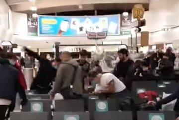"""""""Лупили друг друга руками и ногами"""": пассажиры устроили побоище в аэропорту, видео"""