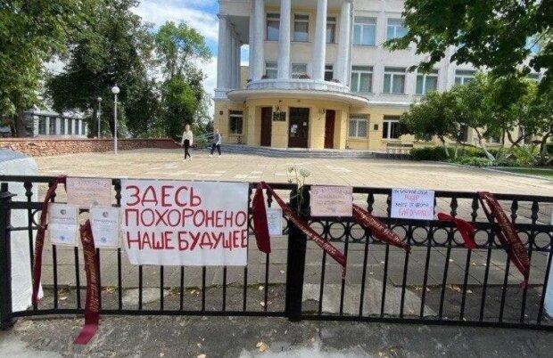"""У Білорусі випускники шкіл влаштували красномовний флешмоб, кадри: """"тут поховано наше майбутнє"""""""