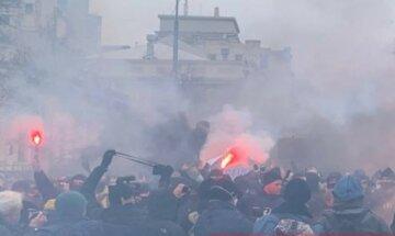 Сотни людей собрались под Радой, все в дыму: первые подробности и карды с места событий