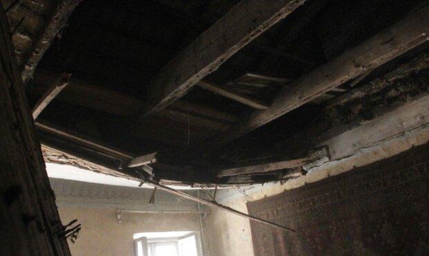 Потолок обвалился в жилом доме в центре Одессы: кадры ЧП