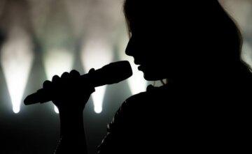 певица, силуэт, тень, микрофон, поет, артистка на сцене